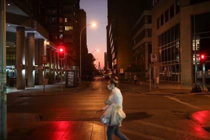 Una mujer con barbijo camina por las calles de Santiago de Chile (REUTERS/Pablo Sanhueza)