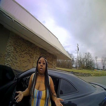 La mujer, quien fumaba un cigarro, ignora las órdenes del policía y regresa a su automóvil, donde fue descargada con la pistola eléctrica (Foto: Metropolitan Nashville Police Department)