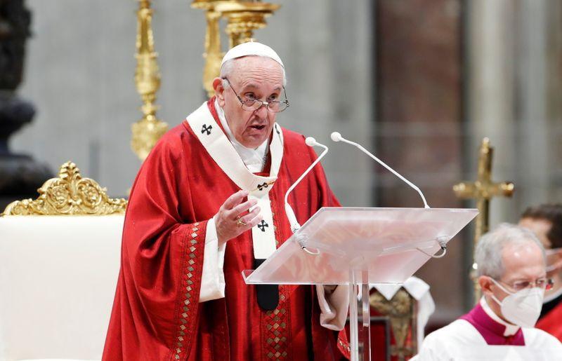 Imagen de archivo del papa Francisco presidiendo la misa de Pentecostés en la Basílica de San Pedro en El Vaticano. 23 de mayo, 2021. REUTERS/Remo Casilli/Archivo