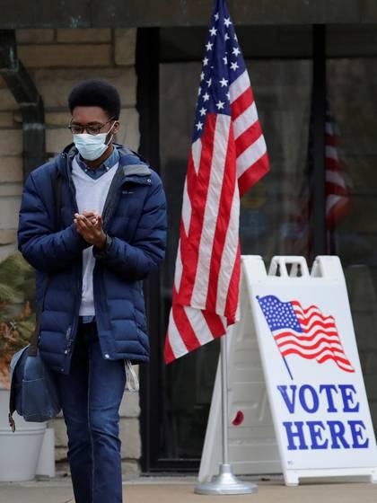 Un estudiante limpia sus manos después de efectuar su voto. Dan Powers/Appleton Post-Crescent/USA TODAY NETWORK via REUTERS