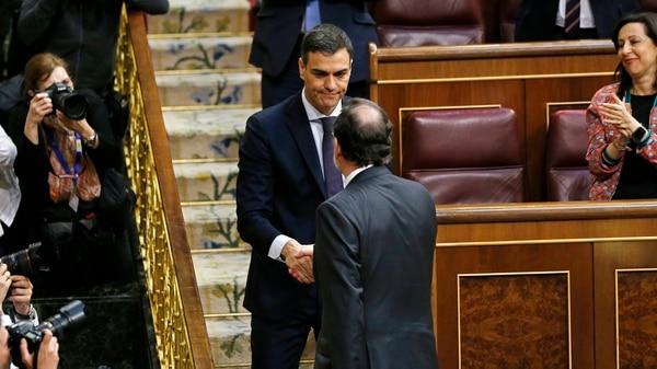 El saludo de Rajoy a Pedro Sánchez posterior a la votación (AP)