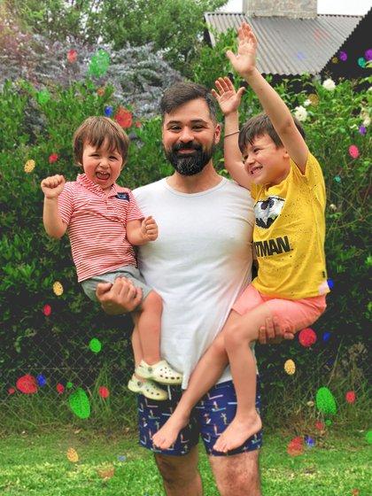 Nacho, el creador de @papaseocupa junto a sus pequeños hijos Pipin y Robotin