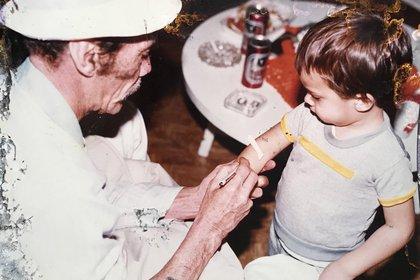Don Ramón con un pequeño admirador, en una de las tantas fotos que su nieto Ramón Valdés Casstillo suele compartir en las redes sociales con los admiradores del actor (Twitter: @RamnValdsCasti1)