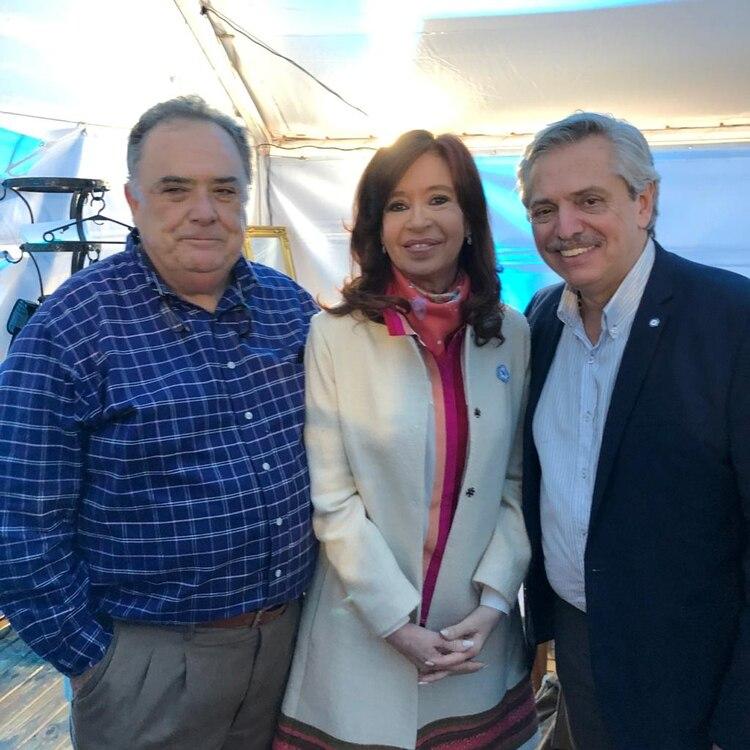 Primer acto juntos. Alberto Fernández y Cristina Kirchner con su amigo Eduardo Valdés. Debutaron como fórmula el 25 de mayo por la tarde en un acto en Merlo