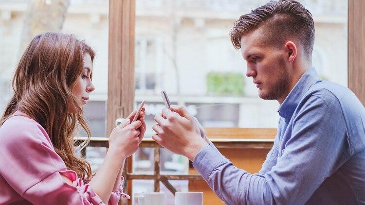De adolescentes a jóvenes, todos tienen en sus celulares acceso a redes sociales (Shutterstock)