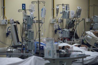 Los pacientes internados en las Unidades de Cuidados Intensivos son 1.592 (EFE/Alberto Valdés)