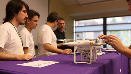 El sistema permite enviar drones autónomos para que hagan reconocimiento automático de víctimas y daños en zonas de desastres naturales o accidentes