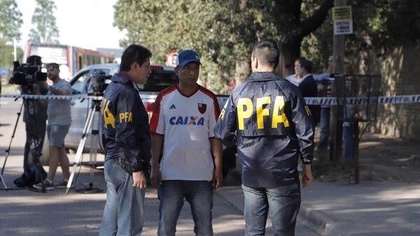El padre de la menor habla con investigadores de la PFA en Ituzaingó. (Lihuel Althabe)