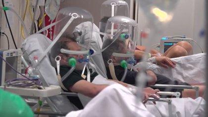 Los pacientes más graves deben usar cascos herméticos que les ayudan a respirar. (Foto: Sky News/Captura de pantalla)