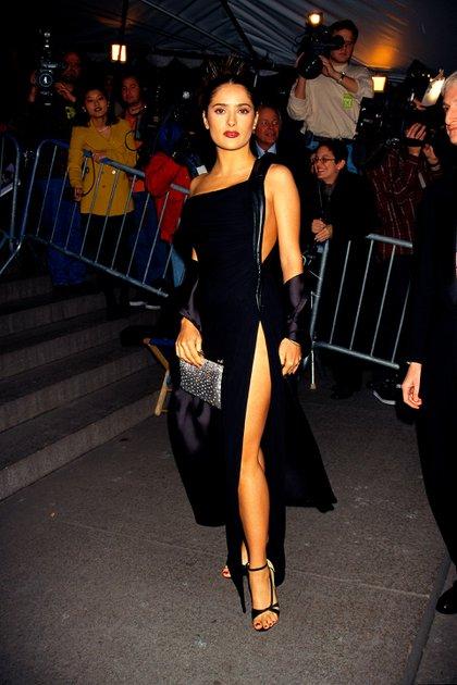 Salma Hayek en MET gala 1997. Eran los primeros pasos de la mexicana entre la crema y nata de Hollywood. (Foto: Mitchell Gerber)