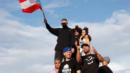 Bad Bunny (i-arriba); Residente (c-abajo); Dj Sinsuela (c-arriba); Ile (d-arriba) y Ricky Martin (d), en la manifestación EFE/ Thais Llorca