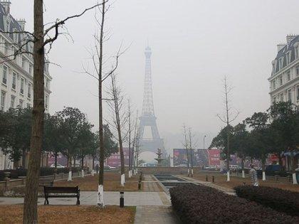 Con negocios cerrados, bulevares y plazas desiertas,lejos está hoy del encanto parisino