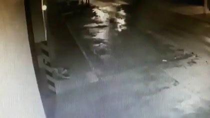 La víctima del robo, inconsciente en la parte izquierda de la imagen