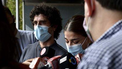 Carlos Nair Menem y Zulemita hablan con la prensa en las inmediaciones del sanatorio Los Arcos