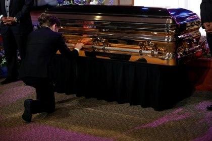 Un hombre muestra sus respetos durante el funeral de George Floyd  REUTERS/Lucas Jackson
