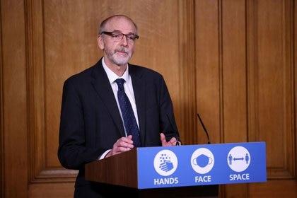 Foto del Director del Grupo de Vacunas de Oxford Andrew Pollard en una rueda de prensa virtual en Downing Street. (REUTERS/Henry Nicholls)