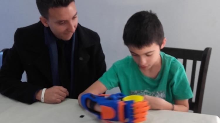 5fea4e230e1c4 Un chico de Pehuajó recibió la primera prótesis 3D impresa por ...