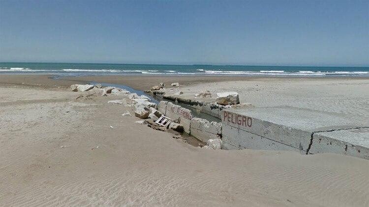 """El desagüe de la """"playa del puerto"""", donde se detectó el líquido nauseabundo"""