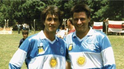 El Beto Alonso y Oscar Tubío posan con la camiseta de la selección argentina que no llegó a usarse oficialmente