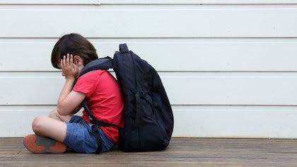 Corresponde a los padres preguntar a ese niño que no quiere ir al colegio qué es lo que le preocupa (Shutterstock)