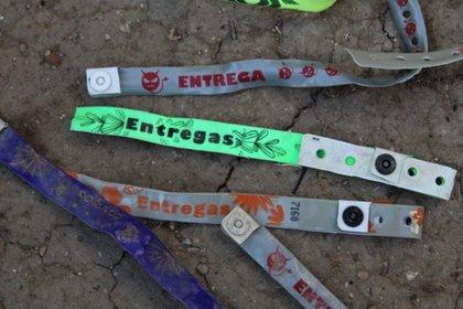Se trata de pulseras de plástico de diferentes colores: rojas, azules, verdes, blancas (Foto: Breitbart Texas)