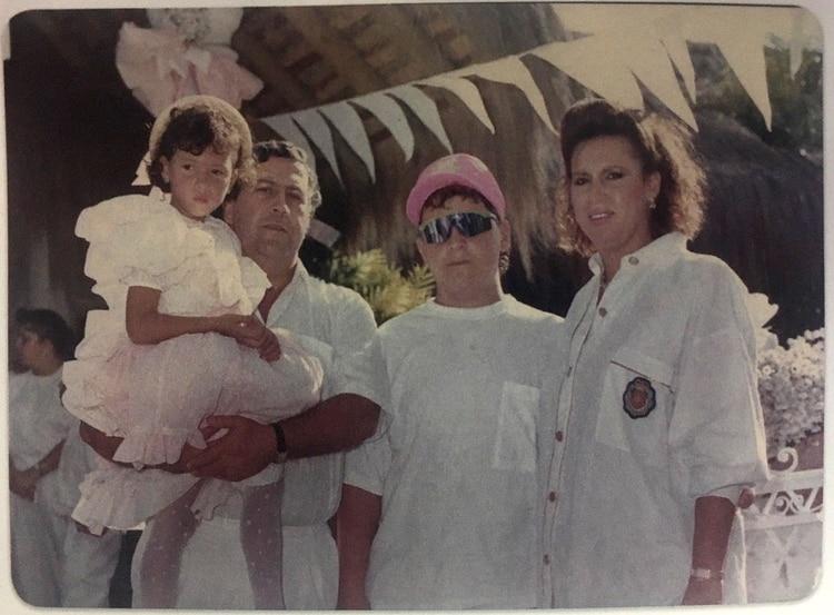 Pablo Escobar junto a sus hijos Manuela y Juan Pablo, y a su esposa Victria Henao(Victoria Eugenia Henao – Editorial Planeta)