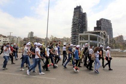 Libaneses limpian la calle de los escombros (REUTERS/Aziz Taher)