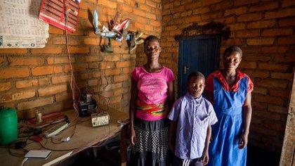 Las hermanas y el hermano de las gemelas en su casa en Kayembe