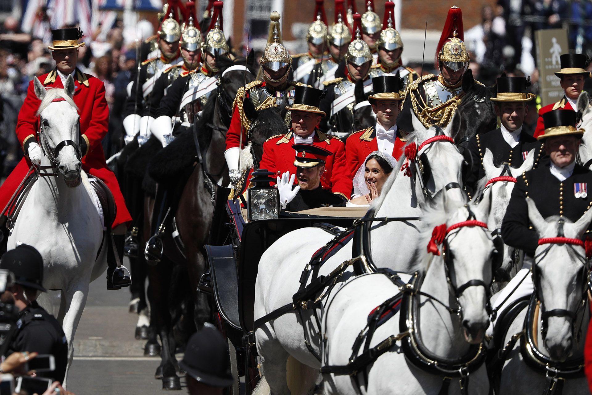 El recorrido de los recién casados fue de tres kilómetros. Salieron y regresaron al Castillo de Windsor luego de saludar a la gente que esperaba en las calles con banderas de ambos países: Reino Unido y Estados Unidos (AFP)