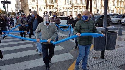 Luis Brandoni y Hernán Lombardi durante la marcha