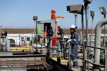 Un trabajador petrolero en Vaca Muerta, que sufrió el doble golpe de las restricciones y del derrumbe inicial de los precios del petróleo  REUTERS/Agustin Marcarian/File Photo