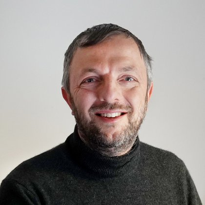 Bucci è un biologo italiano che attualmente lavora negli Stati Uniti.