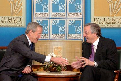 Encuentro previo a la apertura de la IV Cumbre de las Américas en Mar del Plata en noviembre de 2005. Las sonrisas engañan. El destrato recibido por George W. Bush en ese encuentro nunca fue perdonado Foto NA:Presidencia/pl****
