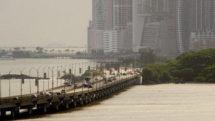 La ciudad de Panamá en el atardecer. Vistas de la moderna Panamá con edificios altos y modernos