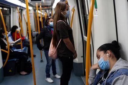 Pasajeros con mascarillas en un vagón de metro durante el primer día en el que el uso de mascarillas es obligatorio en el transporte público durante el brote de la enfermedad del nuevo coronavirus (REUTERS/Susana Vera)