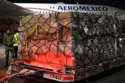 Entre los materiales que llegaron destacan 1,184 cajas con 10.1 toneladas de guantes de exploración y mascarillas KN95 (Foto: Reuters/Carlos Carrillo)