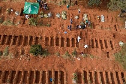 Una fosa común en el cementerio de Vila Formosa en San Pablo (AP/Andre Penner)