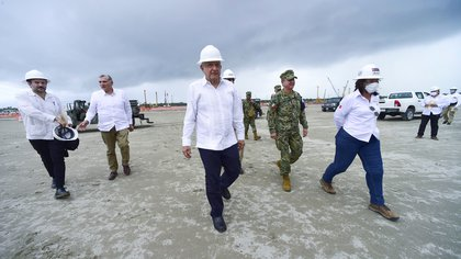 Mexico's President Andres Manuel Lopez Obrador (C) visits a construction site of the Dos Bocas refinery in Paraiso, in Tabasco state, Mexico June 5, 2020.  Mexico's Presidency/Handout via REUTERS ATTENTION EDITORS - THIS IMAGE HAS BEEN SUPPLIED BY A THIRD PARTY. NO RESALES. NO ARCHIVES