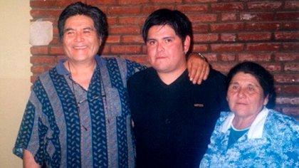 Guillermo entre Laureano, su papá, y Damiana, su mamá. Juan le tuvo que contar 63 días después a su padre, que salió de un coma mientras Guillermo moría, el fallecimiento de su hijo.