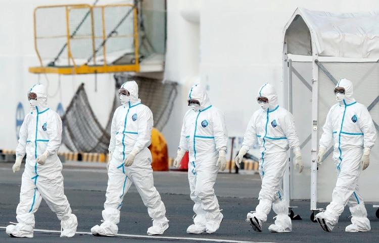Trabajadores salen con protección del crucero en cuarenta. REUTERS/Kim Kyung-Hoon/File Photo