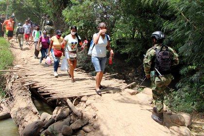 Ciudadanos venezolanos cruzan desde su país hacia Colombia por un paso ilegal en Villa del Rosario (EFE/Mario Caicedo/Archivo)