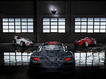 El prototipo del MC20 y detrás dos emblemas: Maserati Eldorado y la 250F.