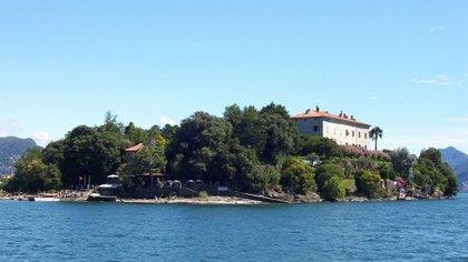 La cercana Isola Bella , que cuenta con más jardines, más pavos reales y uno de los palazzos más fantásticos de Italia , se puede visitar en un boleto combinado para el ferry