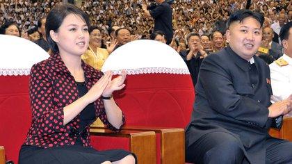 Kim Jong Un y su esposa Ri Sol-ju ven una actuación, Pyongyang, Corea del Norte - 31 jul 2012