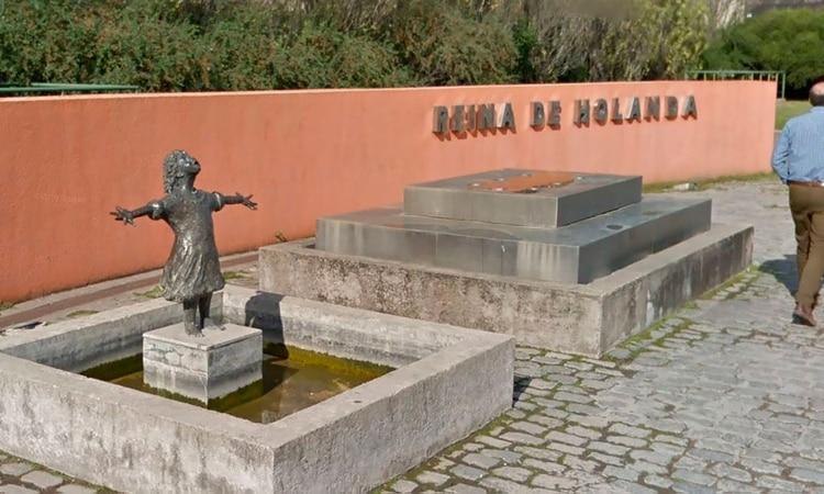 La plaza fue inaugurada en 2004. La estatua recrea la figura de una niña con los brazos abiertos
