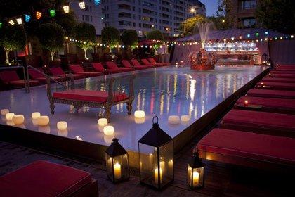 Con la pileta como protagonista, el Hotel Faena tiene una terraza interna para tomar tragos de autor mirando los edificios de Puerto Madero