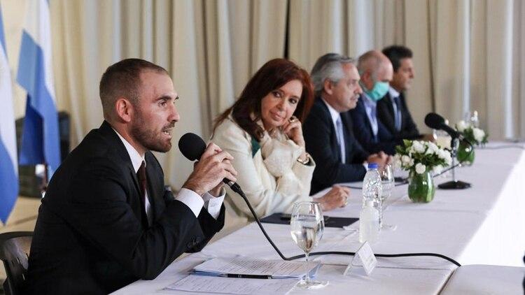 Martín Guzmán junto a Cristina Fernández de Kirchner y Alberto Fernández (de izquierda a derecha) durante la presentación formal de la oferta de deuda externa