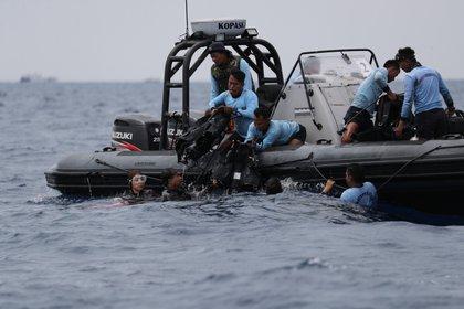 Buzos de la Marina indonesia en una operación de rescate. EFE/ Bagus Indahono/Archivo
