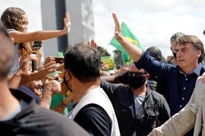 Bolsonaro junto a simpatizantes durante un acto frente al Palacio del Planalto en Brasilia a fines de mayo (REUTERS/Adriano Machado)