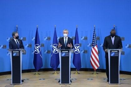 El Secretario General de la OTAN, Jens Stoltenberg, en una conferencia de prensa conjunta con el Secretario de Defensa de EEUU, Lloyd Austin, y el Secretario de Estado de EEUU, Antony Blinken, en Bruselas, Bélgica, el 14 de abril de 2021. REUTERS/Johanna Geron